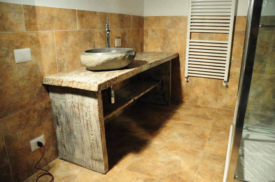 bagno pietra bagno rustico con vasche su pietra e legno per il